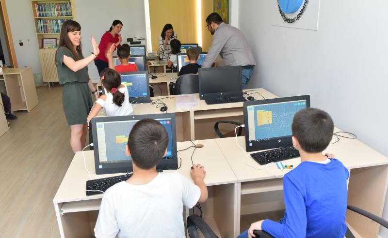 HP, Türkiye Korunmaya Muhtaç Çocuklar Vakfı ( Koruncuk ) ve nabutech ile işbirliği yaparak, çocukların teknoloji ile yakınlaşmalarını hedefleyen önemli bir sosyal sorumluluk projesine imza atıyor.