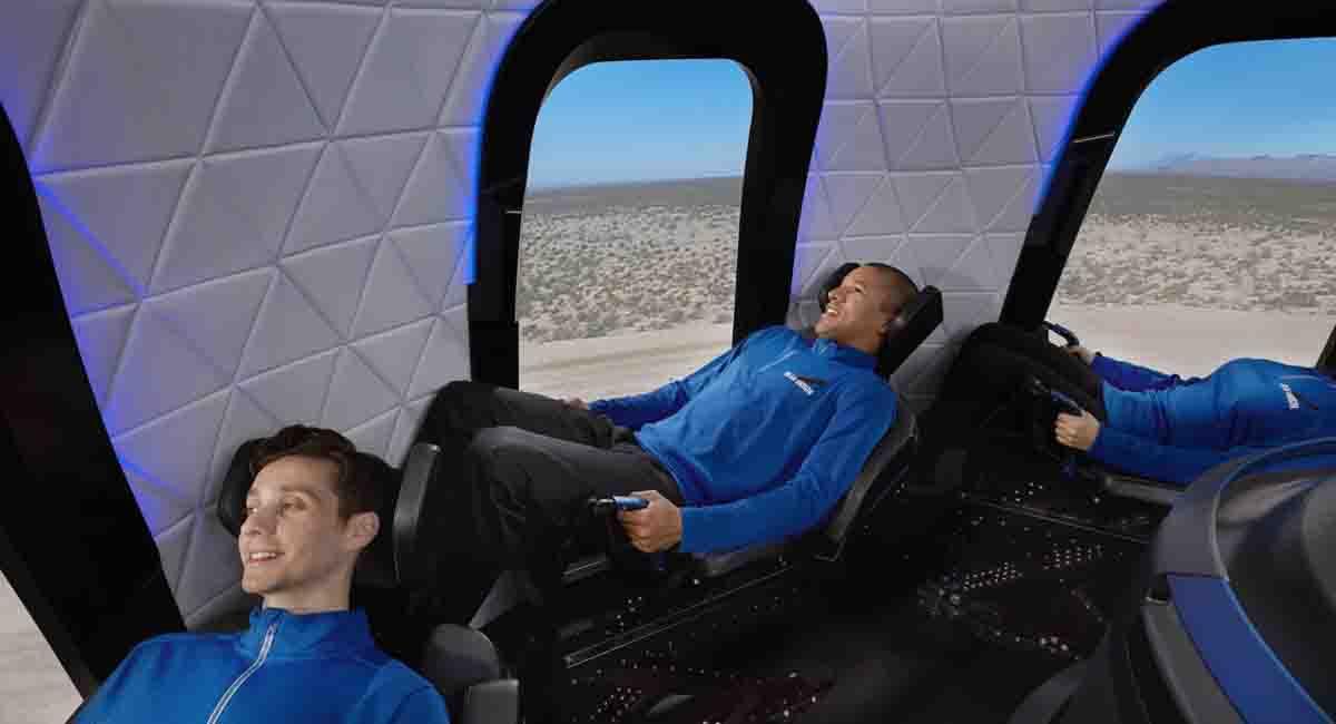 Jeff Bezos uzaya çıkanları izleyerek